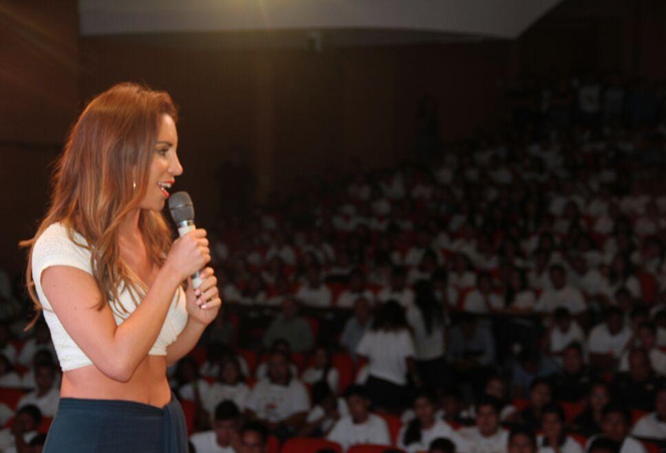 Liz Lombó brindando un mensaje de prevención a los jóvenes.