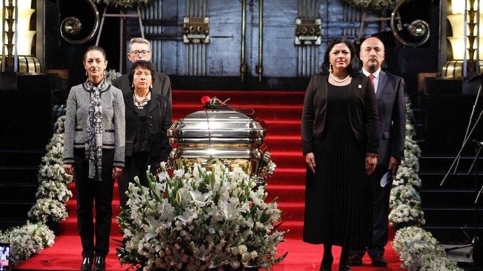 Jefa de Gobierno rinde guardia de honor a José José en Palacio de Bellas Artes