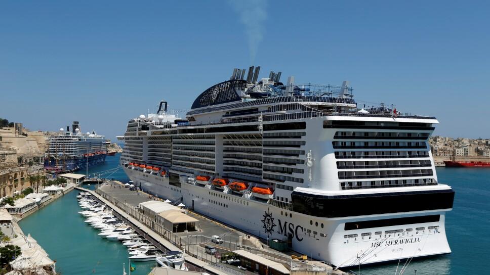 FOTO DE ARCHIVO: Los cruceros MSC Meraviglia y Mein Schiff 5 (parte trasera) se ven atracados en el Gran Puerto de Valletta