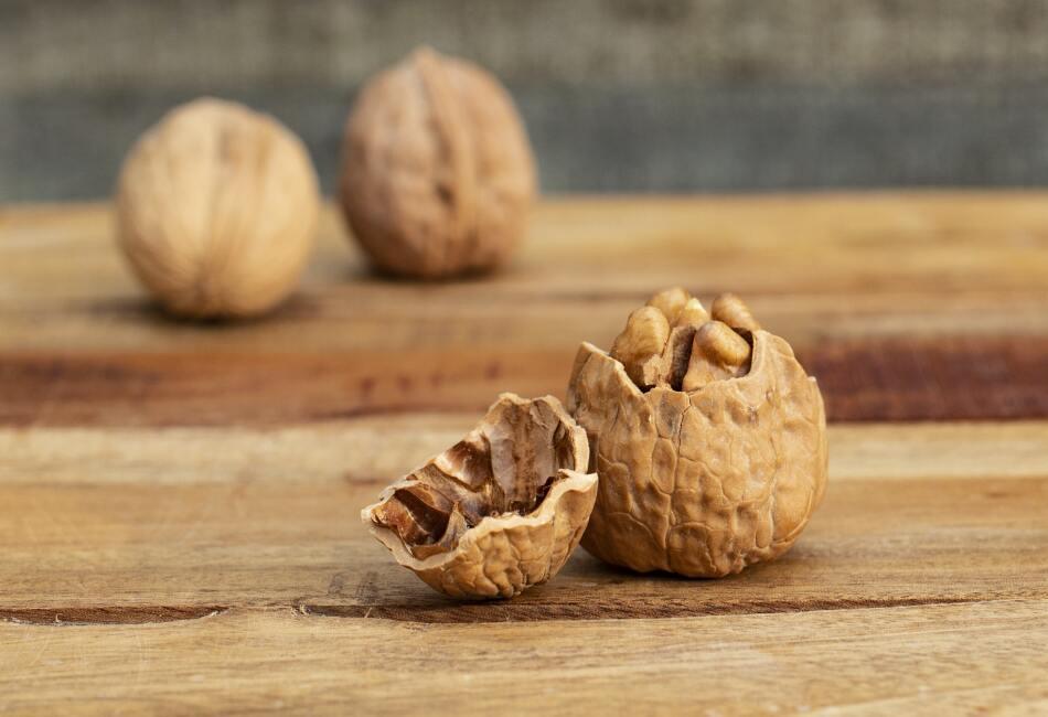 Nueces. Los ácidos grasos insaturados que contienen las nueces ayuda a evitar enfermedades cardíacas; así como disminuir el colesterol.