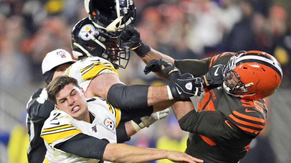 Myles Garrett, defensive end de los Browns de Cleveland, usa el casco de Mason Rudolph, de los Steelers de Pittsburgh, para golpearlo: Foto AP