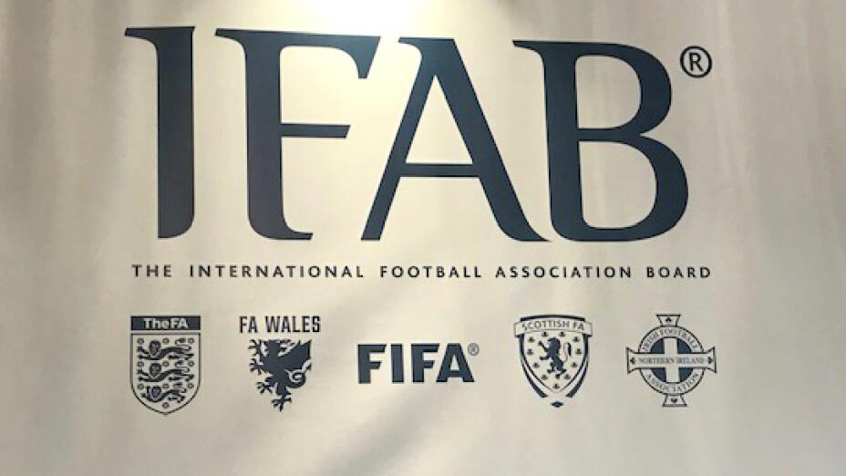 La IFAB se encarga de regular, crear y modificar las reglas del futbol.