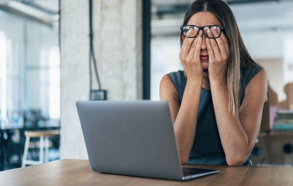 mujer vulnerable en su trabajo