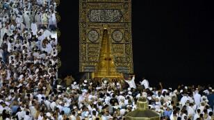 FOTO DE ARCHIVO: Los musulmanes realizan la Umrah alrededor de la sagrada Kaaba en la Gran Mezquita durante el sagrado mes de ayuno del Ramadán en la Meca, Arabia Saudita, el 26 de mayo de 2019