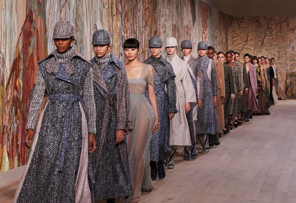 Dior le dio la bienvenida a los desfiles de moda presenciales con la presentación de su última colección otoño - invierno 2021.