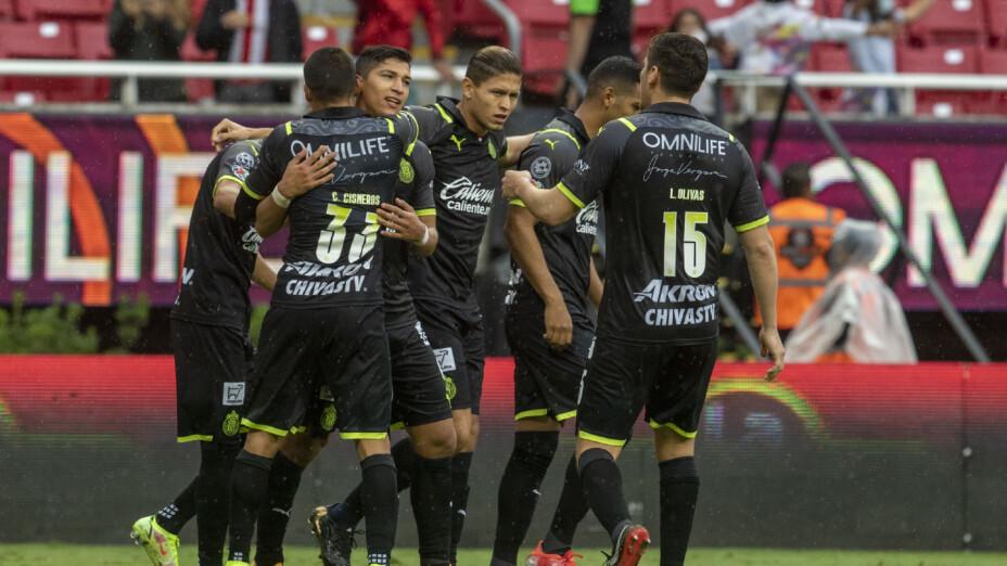 Jugadores de Chivas celebran un gol