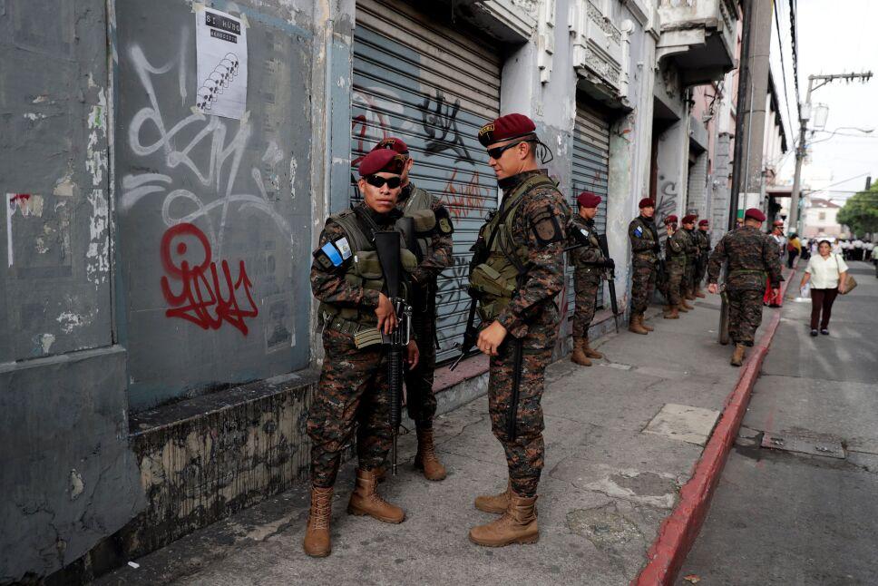 Soldados impiden avance de protesta en Guatemala
