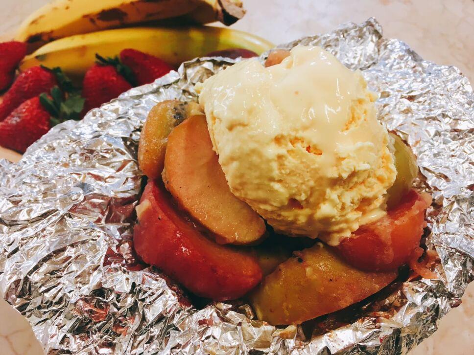 Macedonia de frutas con helado de vainilla, cocineros mexicanos