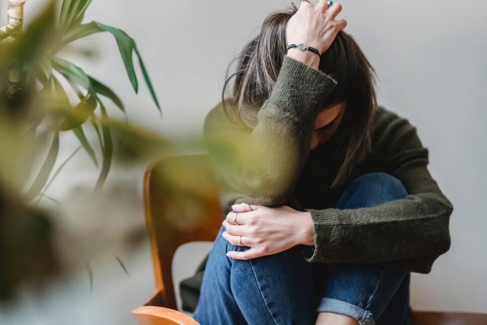 mujer con deficiencia de hierro cansada