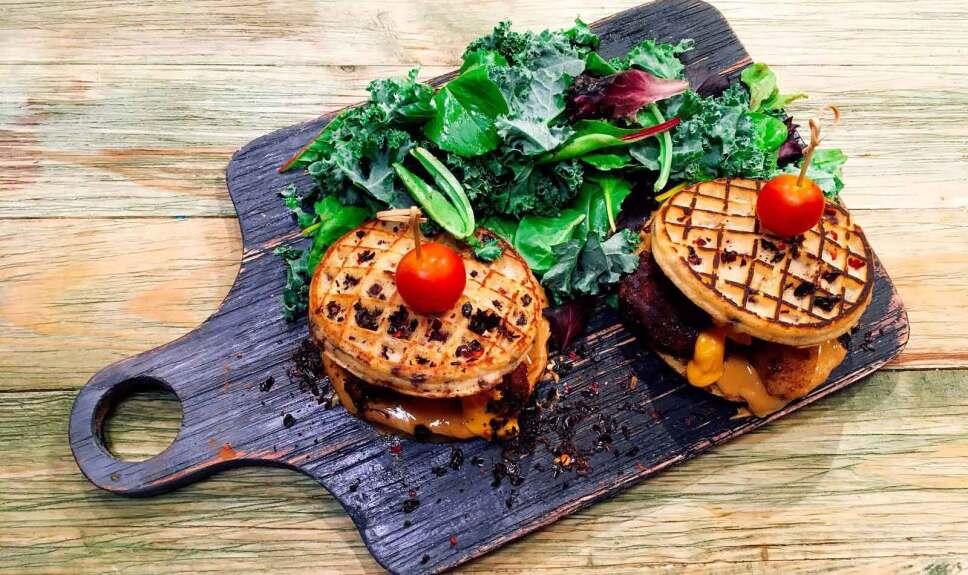 Receta Waffle con pollo en costra de cocoa y chile Cocineros Mexicanos