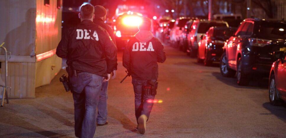 De acuerdo con las convocatorias, la DEA busca un analista de programas y dos supervisores especialistas en investigación de inteligencia.