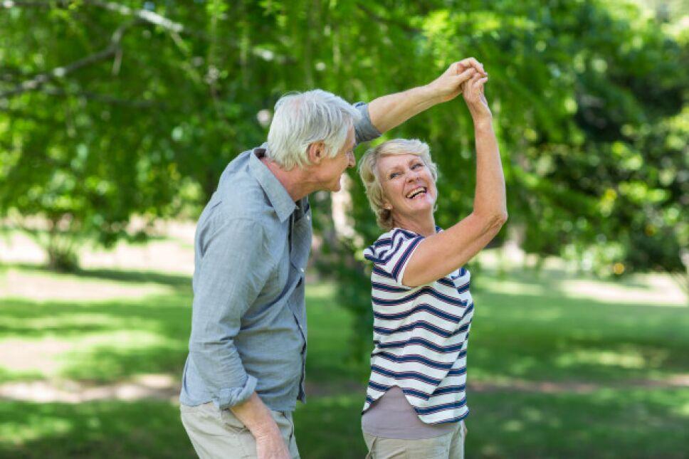 pareja-mayor-bailando_107420-17792.jpg