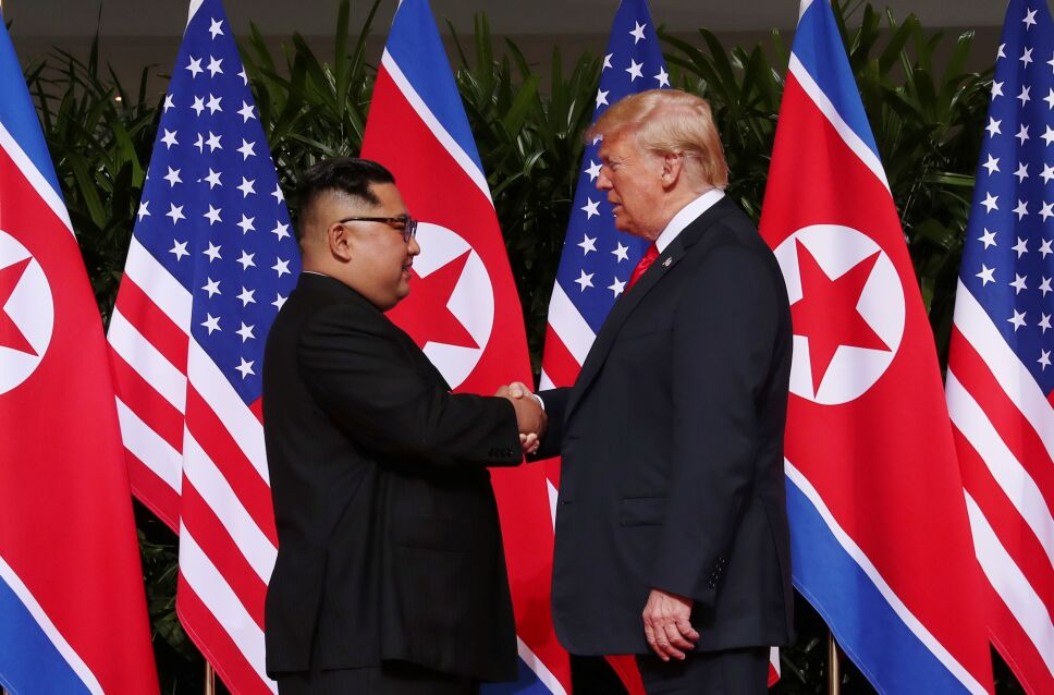 Donald Trump, estrecha la mano del líder norcoreano Kim Jong Un en el Hotel Capella en la isla Sentosa en Singapur