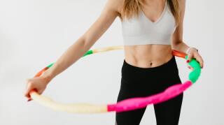 mujer con aro hula hula con peso