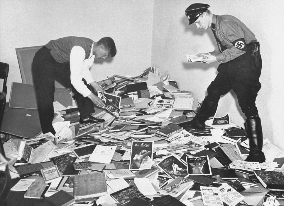 oficiales-ss-antes-de-quemar-libros.jpg