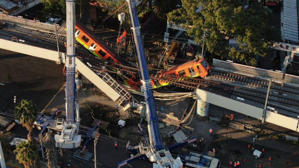 Grúas trabajan para retirar vagones de Metro luego de colapso de Línea-12
