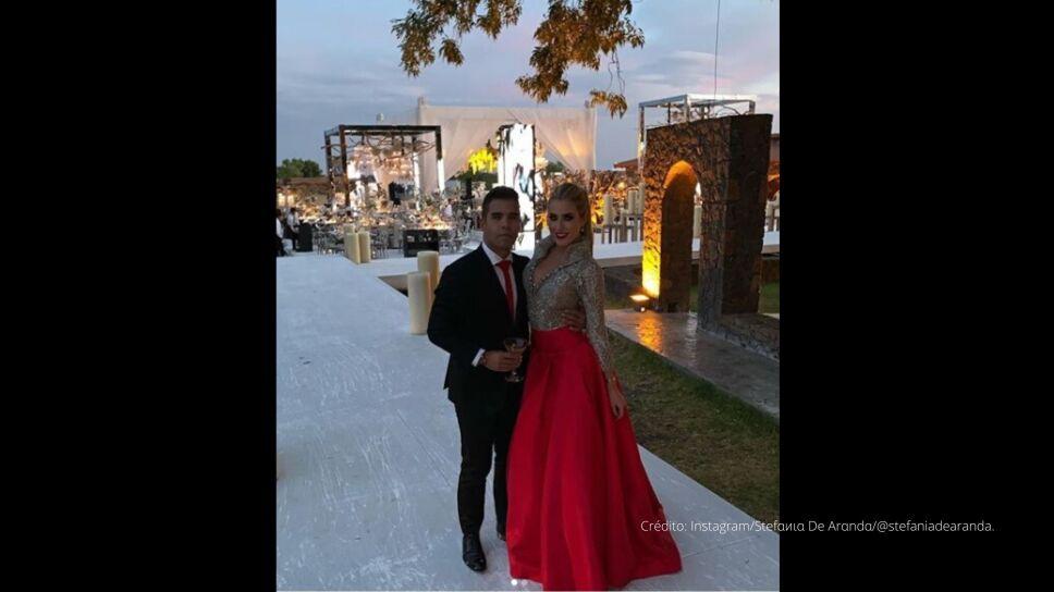 Emir Pabón y su prometida Stefania de Aranda vestidos de gala.