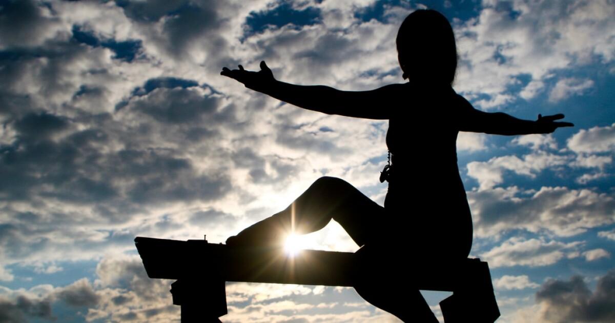 Impactantes fotos de modelo haciendo yoga desnuda y se
