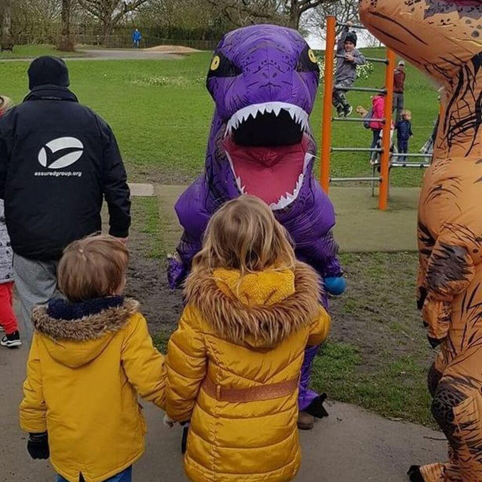 mamá disfrazada de dinosaurio.jpg