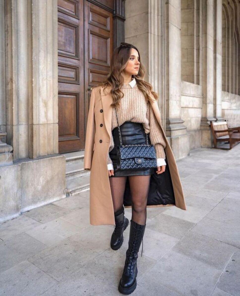botas con minifalda y medias