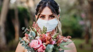 mujer a punto de casarse con cubrebocas