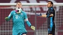 Nahuel Guzmán contra jugadores del Bayern Munich