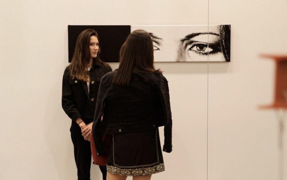 mujeres frente obra de arte en zonamaco 2020