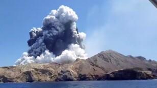 Imagen del humo que emana de una erupción volcánica en Isla White, Nueva Zelanda.