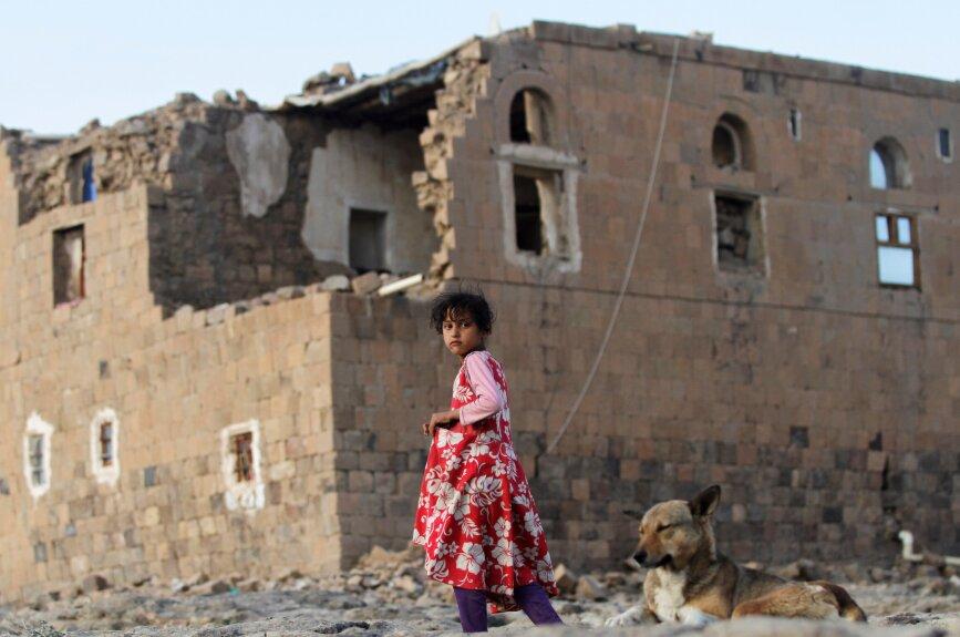Así se ve el hogar de una niña yemení, su casa quedó dañada luego de los bombardeos que efectuaron aviones de la coalición dirigida por Arabia Saudí en 2015