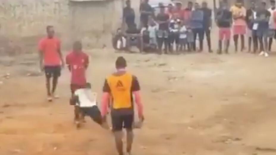 Niño desaparece balón y le baja los pantalones a su rival