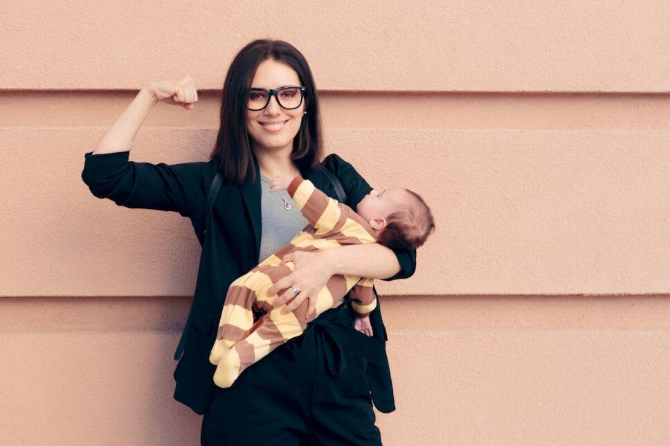 mujer fuerte cargando a su bebe