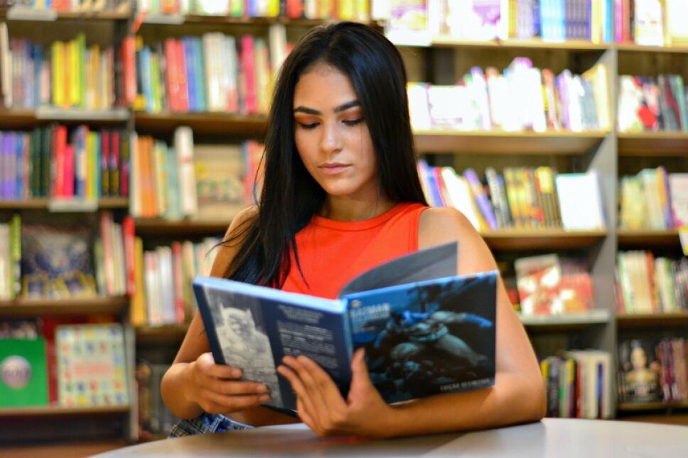 lectura en biblioteca