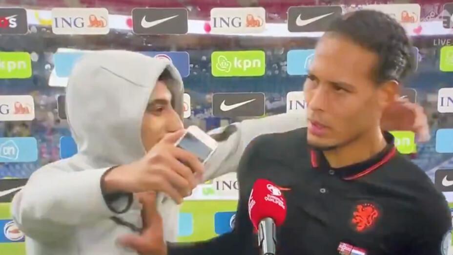 Virgil van Dijk empujó a fan.png