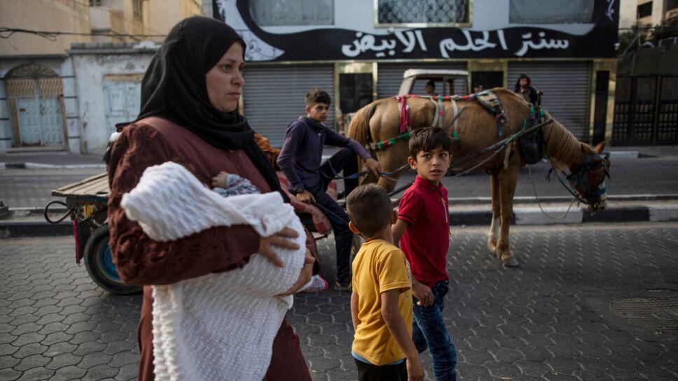 Palestinos huyen por ataques israelíes en las afueras de Ciudad Gaza
