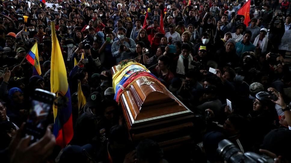 Personas llevan el ataúd de un manifestante que, dicen, murió durante las protestas contra las medidas de austeridad del presidente de Ecuador, Lenin Moreno, en Quito.