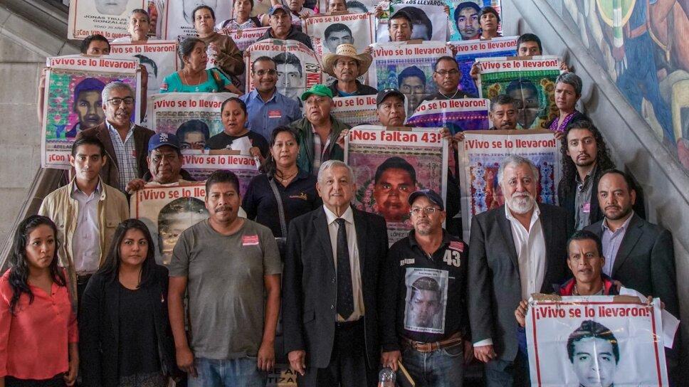 AMLO se reúne con los padres de los 43 estudiantes desaparecidos de la Normal de Ayotzinapa