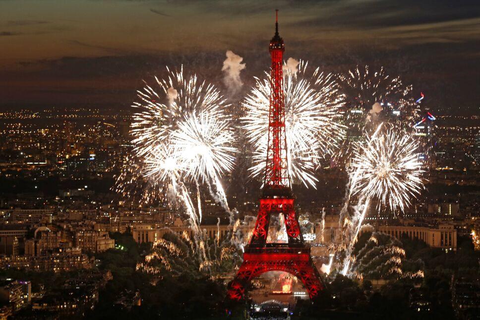 Así fue cómo se celebró el Día de la Bastilla en París, una noche llena de luces