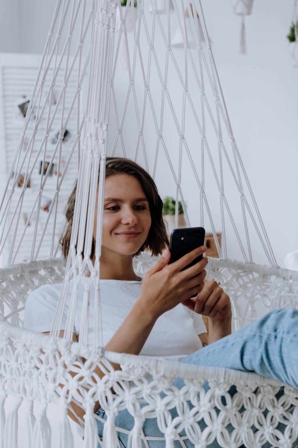 mujer-en-su-celular-whatsapp.jpg