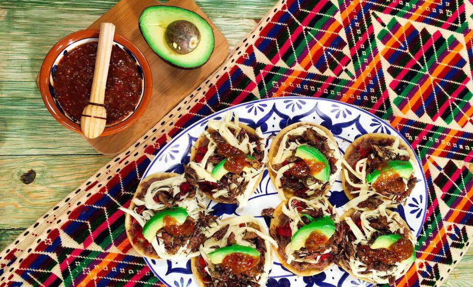 sopes con chapulines, garnachas, sopes, chapulines, receta, recetas, cocineros mexicanos, tv azteca