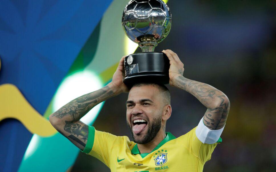 El jugador brasileño Dani Alves celebra con su trofeo del Jugador Más Valioso de la Copa América 2019. Imagen: Reuters