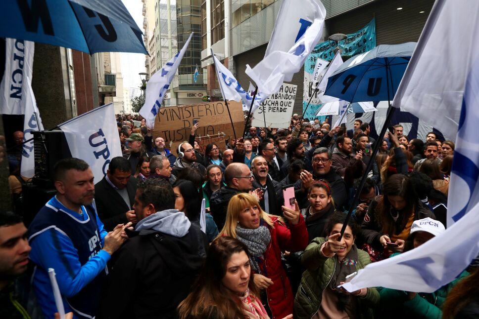 Presidente argentino elimina 7 ministerios para enfrentar crisis