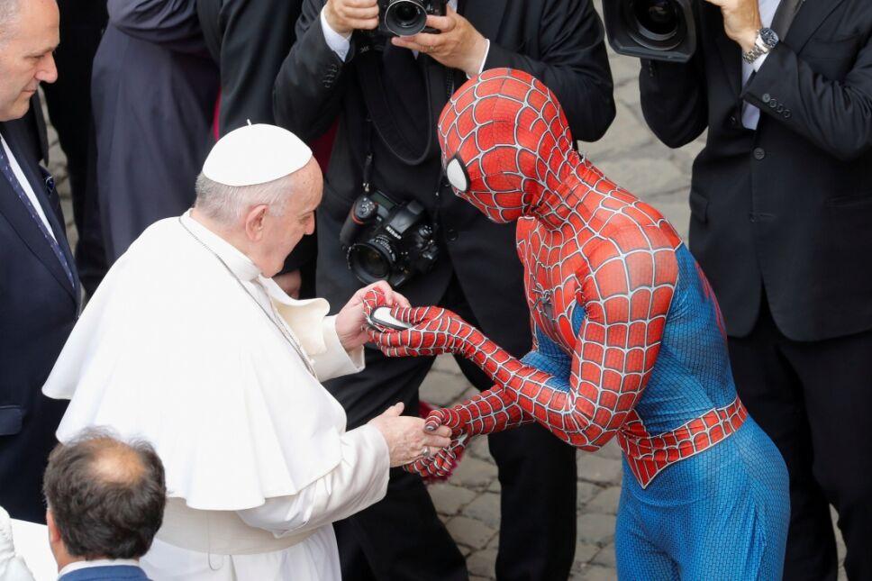 Spider Man le entregó un presente al Papa Francisco.jpg
