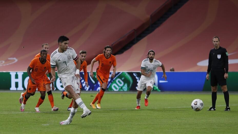 Raúl Jiménez cobra penal ante Holanda