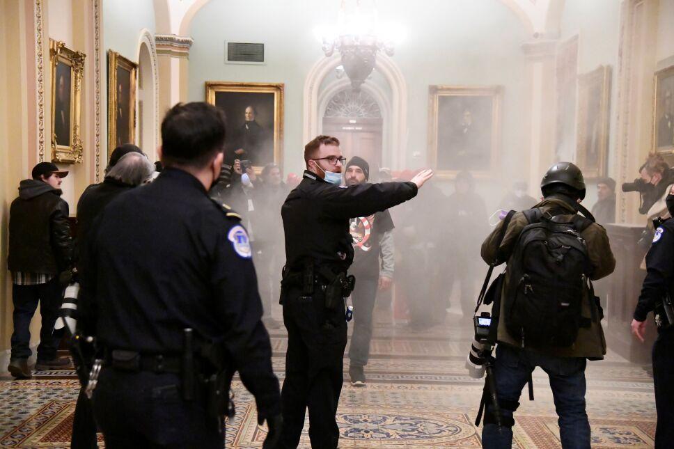 Policías tratan de contener a manifestantes al interior del Capitolio