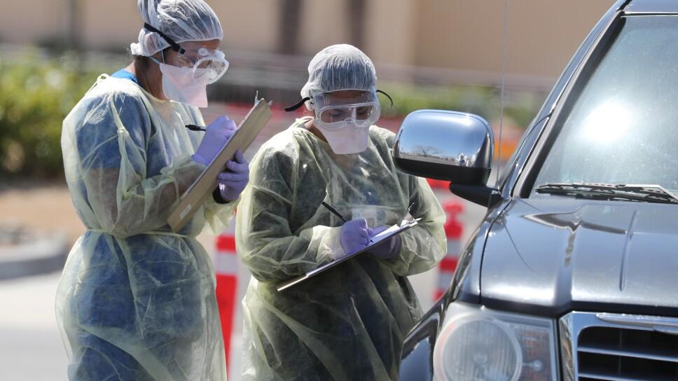 Personal de un hospital realiza chequeos por COVID-19, la enfermedad provocada por el coronavirus, a automovilistas en Indian Wells, California, EEUU