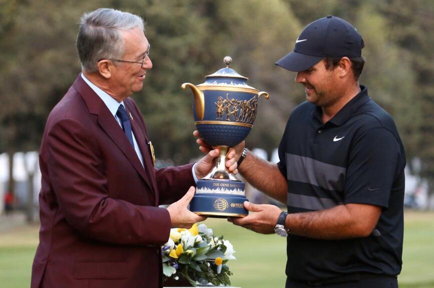 ¡La familia Salinas entrega el trofeo a Patrick Reed!