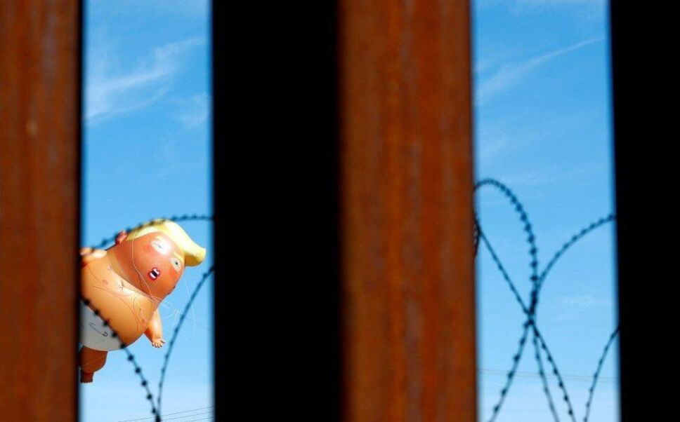 Trump se aparece en forma de bebé inflado en la frontera con México