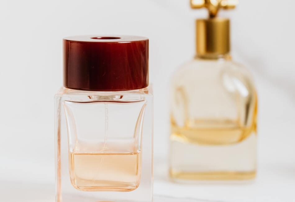 Cuida tu perfume. Para que un perfume huela bien, es necesario mantenerlo en las mejores condiciones y esto implica no ponerlo en un lugar que le dé el sol o la luz. Lo mejor es mantenerlo en su caja original, o bien, dentro de un cajón.