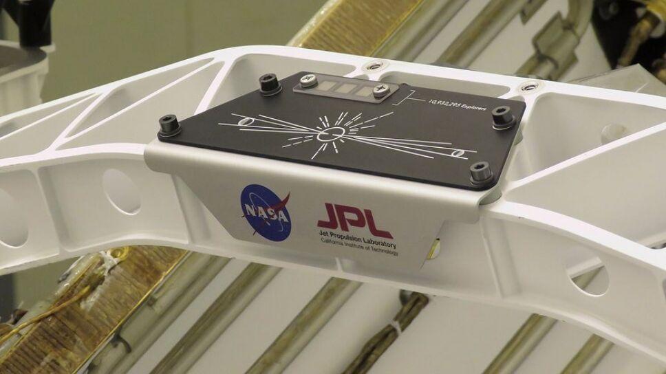 Placa de aluminio con mensaje en código morse del Perseverance Marte
