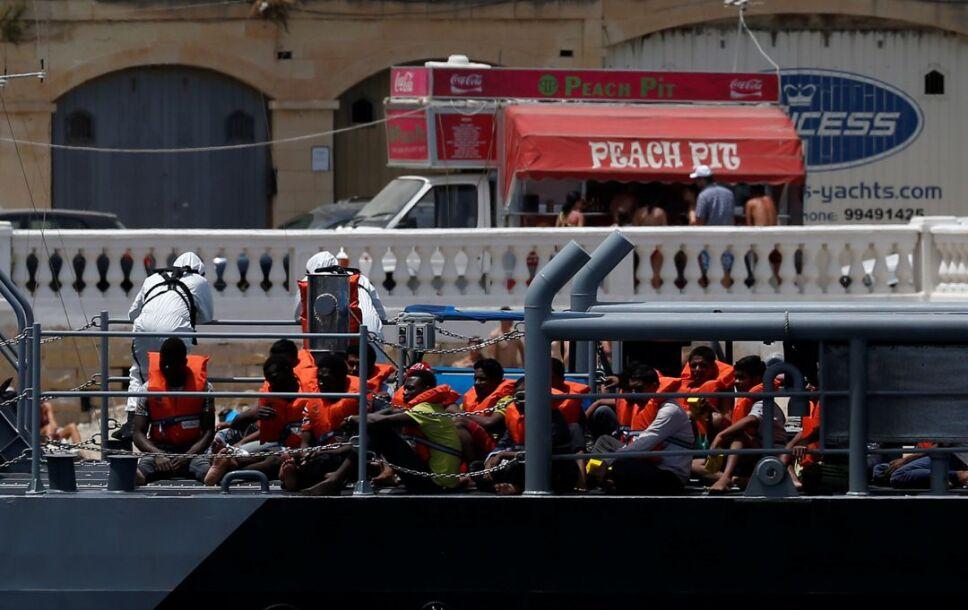 barco inmigrantes italia malta2